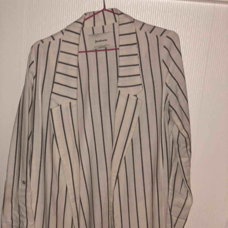 Väldigt fin blazer köpt i Spanien på stradivarius, använd 1 gång tyvärr så den är i nyskick! Inget fel på den alls! 🤩 . Kostymer.