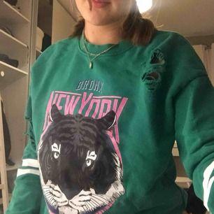 Skitsnygg grön tröja ifrån Gina Tricot! Betalning sker via swish och köparen står för frakten🌟