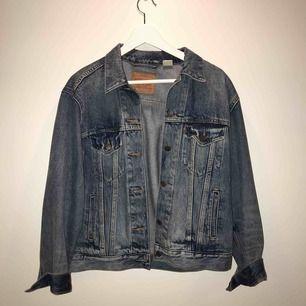 Världens finaste jeansjacka som tyvärr inte kommer till användning... superfint skick, knappt använd! Kan mötas upp i Stockholm. Köpare står för frakt!💘 nypris: 1199 kr