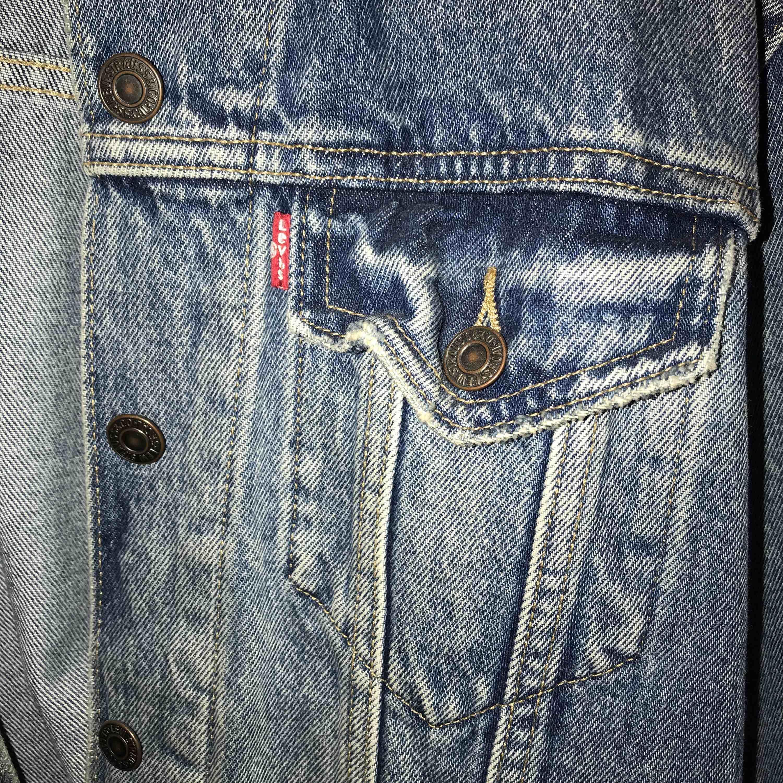 Världens finaste jeansjacka som tyvärr inte kommer till användning... superfint skick, knappt använd! Kan mötas upp i Stockholm. Köpare står för frakt!💘 nypris: 1199 kr. Jackor.