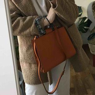 Superfin väska från Zara som ej kommer till användning, även coola detalj med handtaget då den är turkos men lite mönster på. Kan frakta om du ej kan mötas upp, men står inte för postens slarv😇
