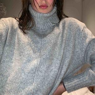 Mysig och höstig stickad tröja med krage! Perfekt till vintern och passar mig som är 170. 90kr + frakt!💓