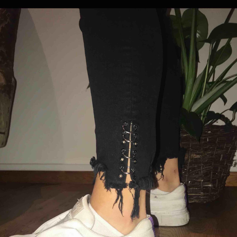 (Lägger upp igen) Svarta Jeans från zara med detaljer vid anklarna. Supersköna & stretchiga i materialet. Har även lite slitningar på själva benen.. Jeans & Byxor.