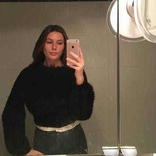 Svart fluffig tröja med mysigt material från Ginatricot. Aldrig använd och därav väldigt bra skick! Supermysig!!!!funkar uppklädd och även nedklädd.