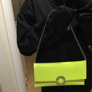 En snygg neongrön väska med rund detalj.  Köpt på New Look, spårbar frakt ingår.  🥰