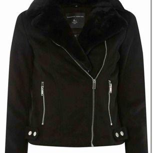 säljer en dorothy perkins jacka som är faux fur biker jacket. Hur mysig som helst på insidan att man bara vill bo i den. Väldigt varm så passar bra till vintern/höst. väldigt fint skick. kan sänka priset vid snabb affär