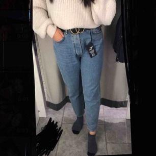 Säljer mina helt oanvända mom jeans för halva priset! Storleken passar M och L.   Säljer pga kmr inte ha någon användning till de och eftersom jag har tappat bort kvittot så kan jag inte lämna tbx de.  Väldigt fin blå färg.  Nypris 599kr