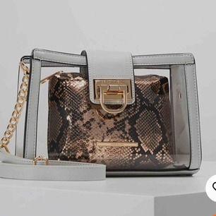 Säljer denna superfina genomskinliga väska, använd men i bra skick. Läggs in fler bilder senare!  Säljs inte längre nånstans
