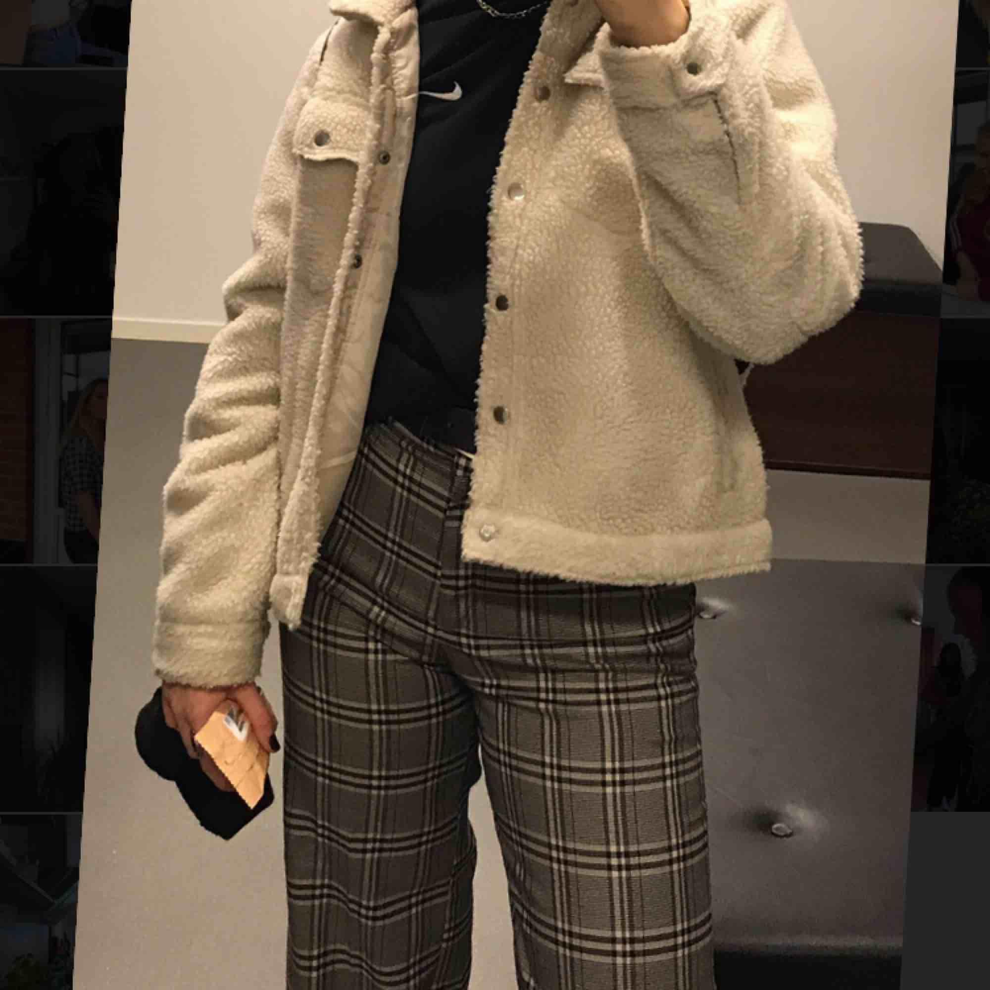 Säljer dessa rutiga raka byxor för 100kr! Storlek 40. Köparen står för frakt🥰. Jeans & Byxor.