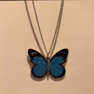 Helt nytt silvrigt halsband med en turkos stor fjäril som hänge. Fjärilen är ca 4,5cm. Frakt ingår💞🦋