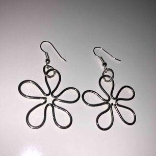 Silvriga handgjorda örhängen i form av blommor, typiskt 70s stil på blommorna! Frakt tillkommer🥰