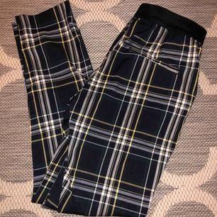 Rutiga byxor från h&m i strl 34! Färgerna är svart, gul, mörkgrön och vit. Frakt tillkommer💞