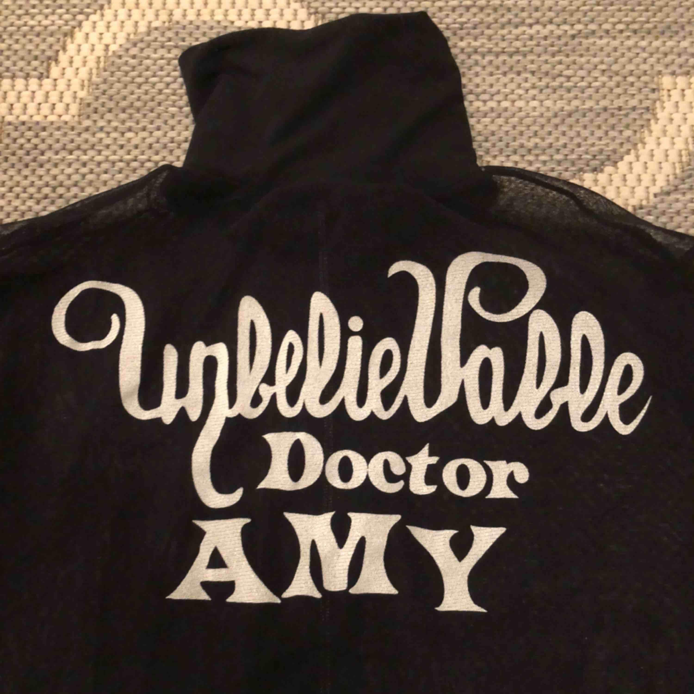 """Ascool mesh tröja med dragkedja fram och krage! Köpt second hand så vet inte märke, men det står """"unbelievable doctor amy"""" på ryggen och vänstra ärmen. Gissar på att denna är från 90s! Frakt ingår💞🦋. Toppar."""