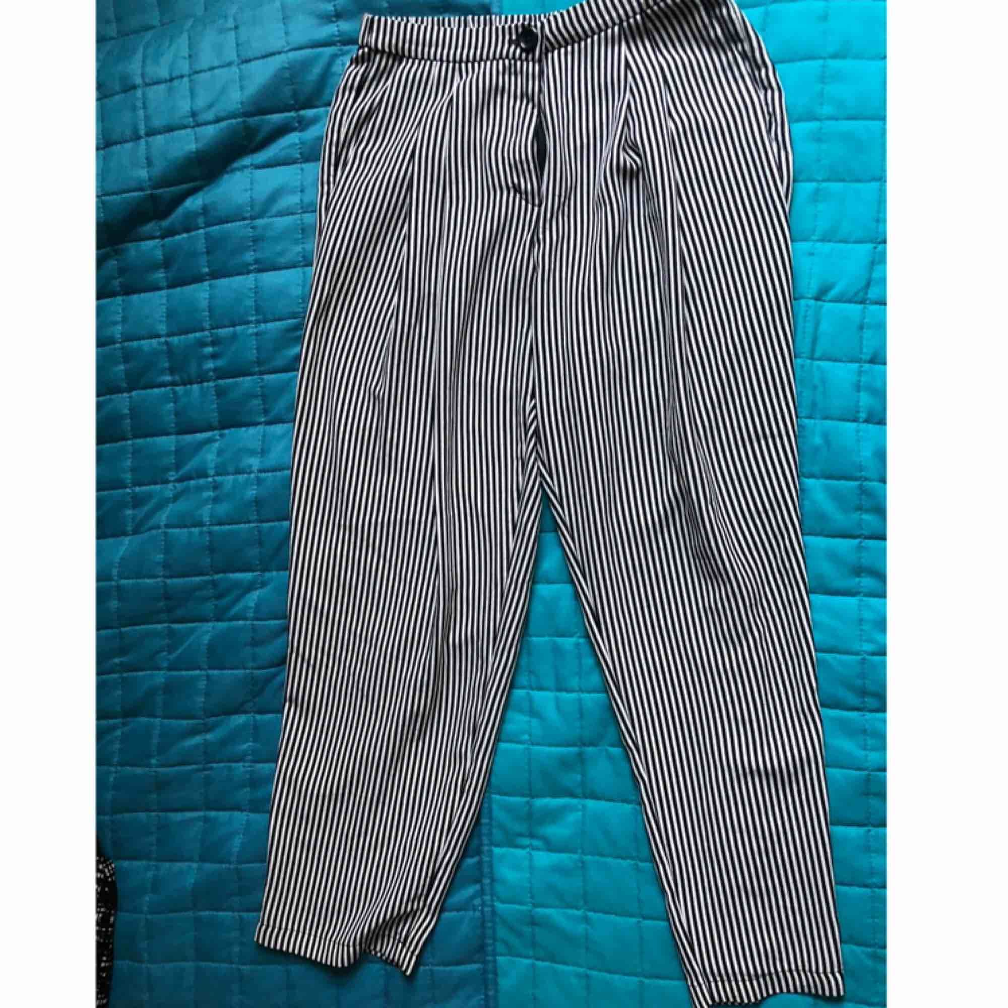 """Black and white stripped trousers from Monki, size 36, with pockets and one """"fake"""" pocket on the back, very comfortable! Not tight. Jeans & Byxor."""