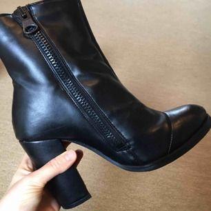 Högklackade veganska skor från Will's Vegan Shoes London. Använda en gång. Dragkedja på båda sidor, så fina. Säljs pga flyttar till varmare klimat 😂🌟