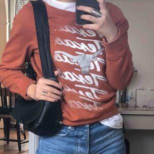 Orange sweatshirt second hand, från beyond retro.  Aldrig använd av mig⭐️ Slt s-m