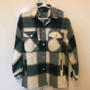 Rutig skjortjacka från Zara som är nyköpt och oanvänd med alla lappar kvar. Kan mötas upp i Stockholm, annars tillkommer frakt.🥰