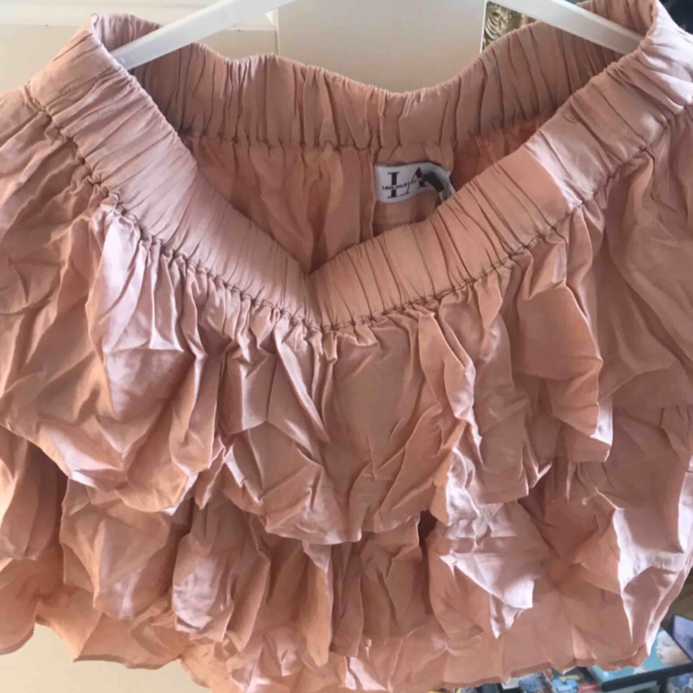 Säljer min kjol från Linn Ahlborgs första kollektion med NA-KD för att jag inte fick tag på toppen till setet. Kjolen är använd 2 gånger och är i nyskick. Kjolar.