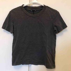 """""""Urtvättad"""" grå t-shirt från zara som är oanvänd med alla lappar kvar. Kan mötas i Stockholm, annars tillkommer frakt🥰"""