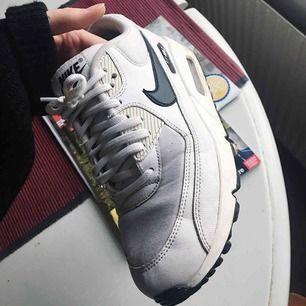 Fina Nike Air Max 90. Använda men i fint skick. De är något skitiga som även syns på bilden men tvättar dem innan jag skickar (ev möts upp) dem. Svart sula och svart logga. Köpta för 1400 så säljer för halva priset.