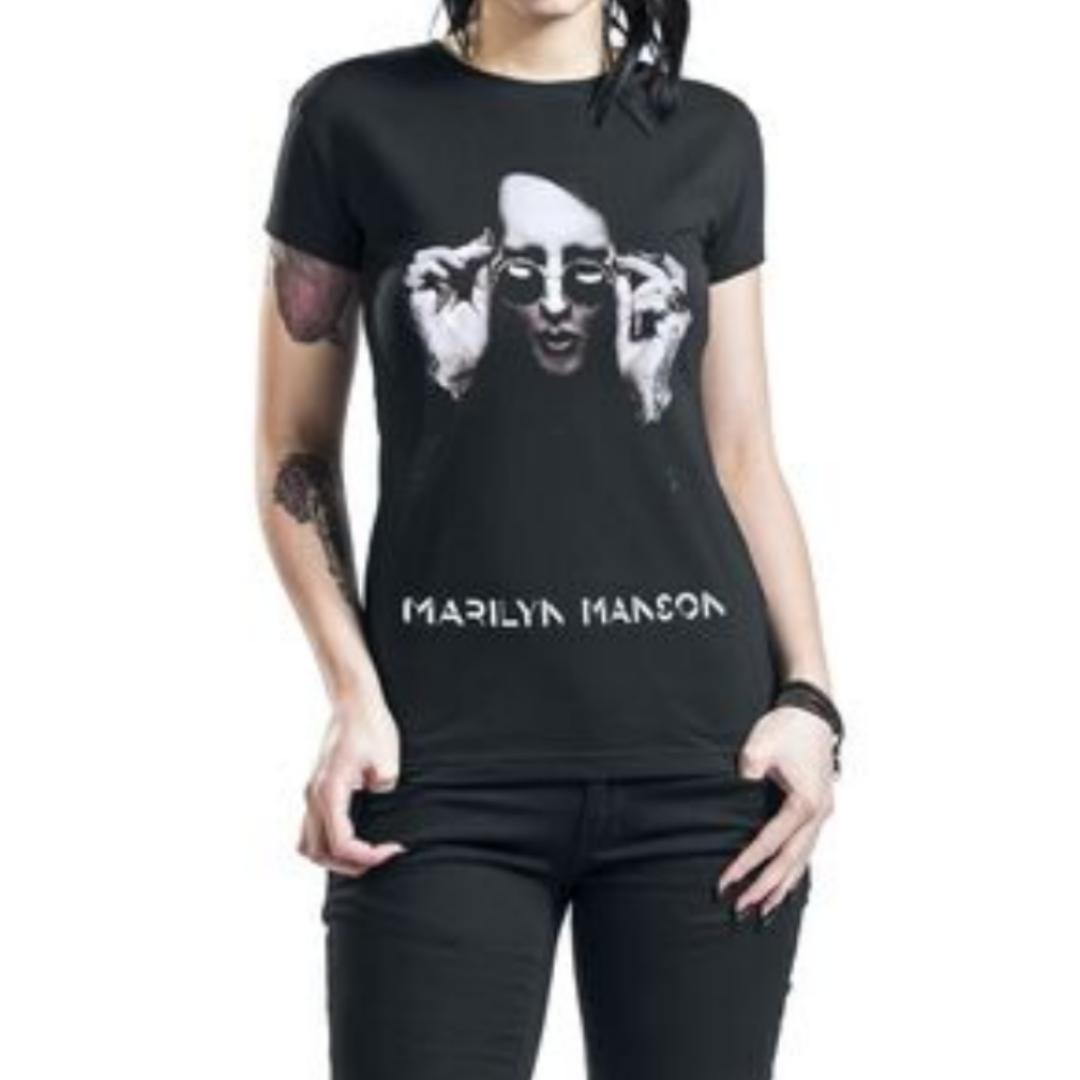 Marilyn manson t-shirt från emp i storlek M. Den är ganska liten i storlek. Frakten blir ungefär 30kr. Har swish, och vid snabb affär så kan jag stå för frakten. Önskas bild på den går det att lösa! Nu är det bilderna från emps hemsida. . T-shirts.