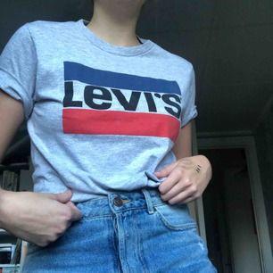 Levi's tröja! Är strl S men är liten i storleken 🌸