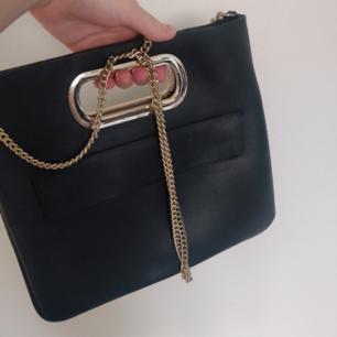 En helt ny trendig väska från Zara som du kan bära på så många olika sätt! Perfekt storlek, du kan stoppa in kedjan och ha den som handväska eller ta ut kedjan och ha den som axelremsväska. Tillkommer en neccesär i päls med knappar som du kan sätta på väskan eller ta av. Använd endast vid två tillfällen, nyskick! 💘