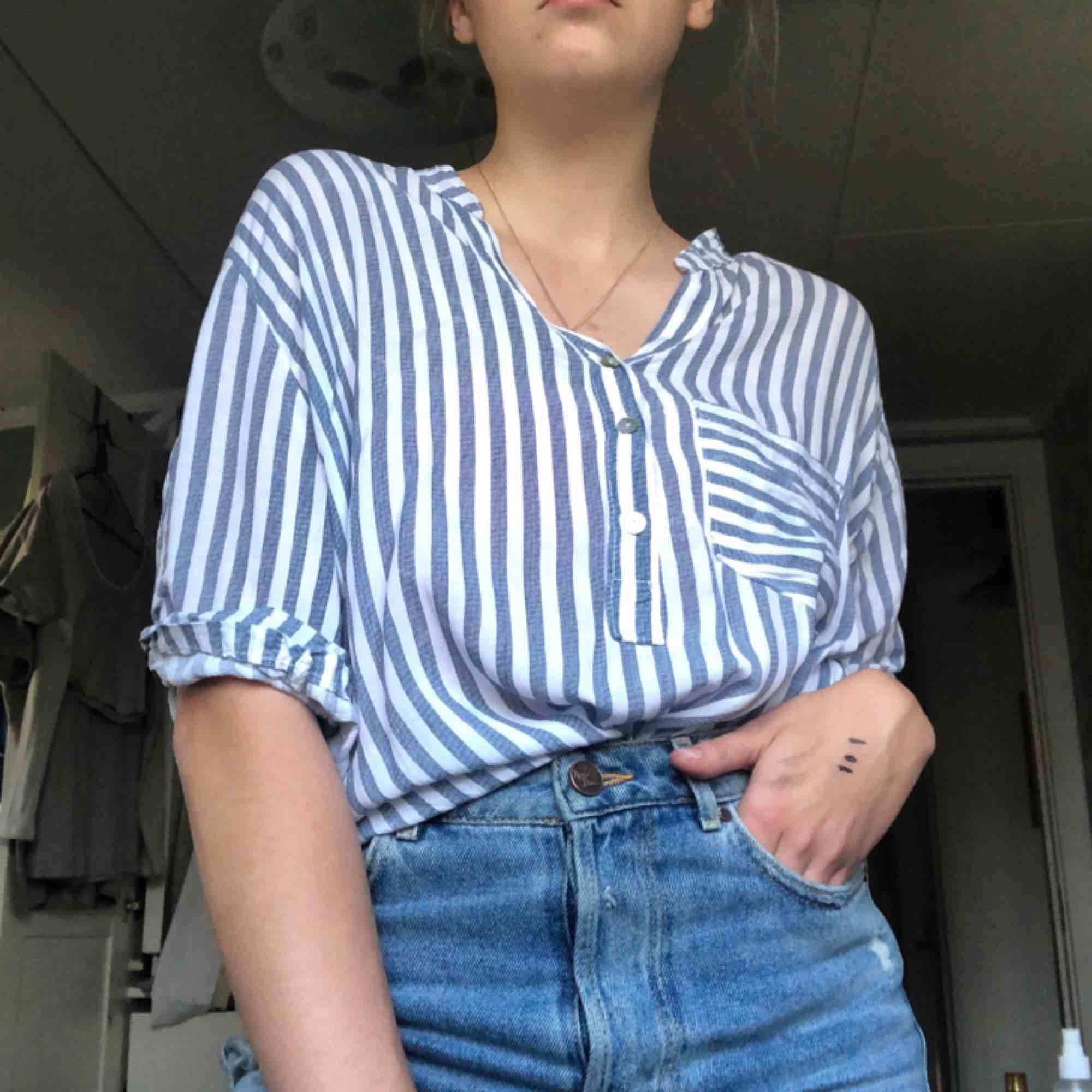 Superskön luftig skjorta! Den är lång och täcker rumpan om skjortan ej är instoppad. Skjortor.
