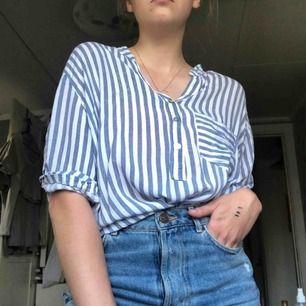 Superskön luftig skjorta! Den är lång och täcker rumpan om skjortan ej är instoppad