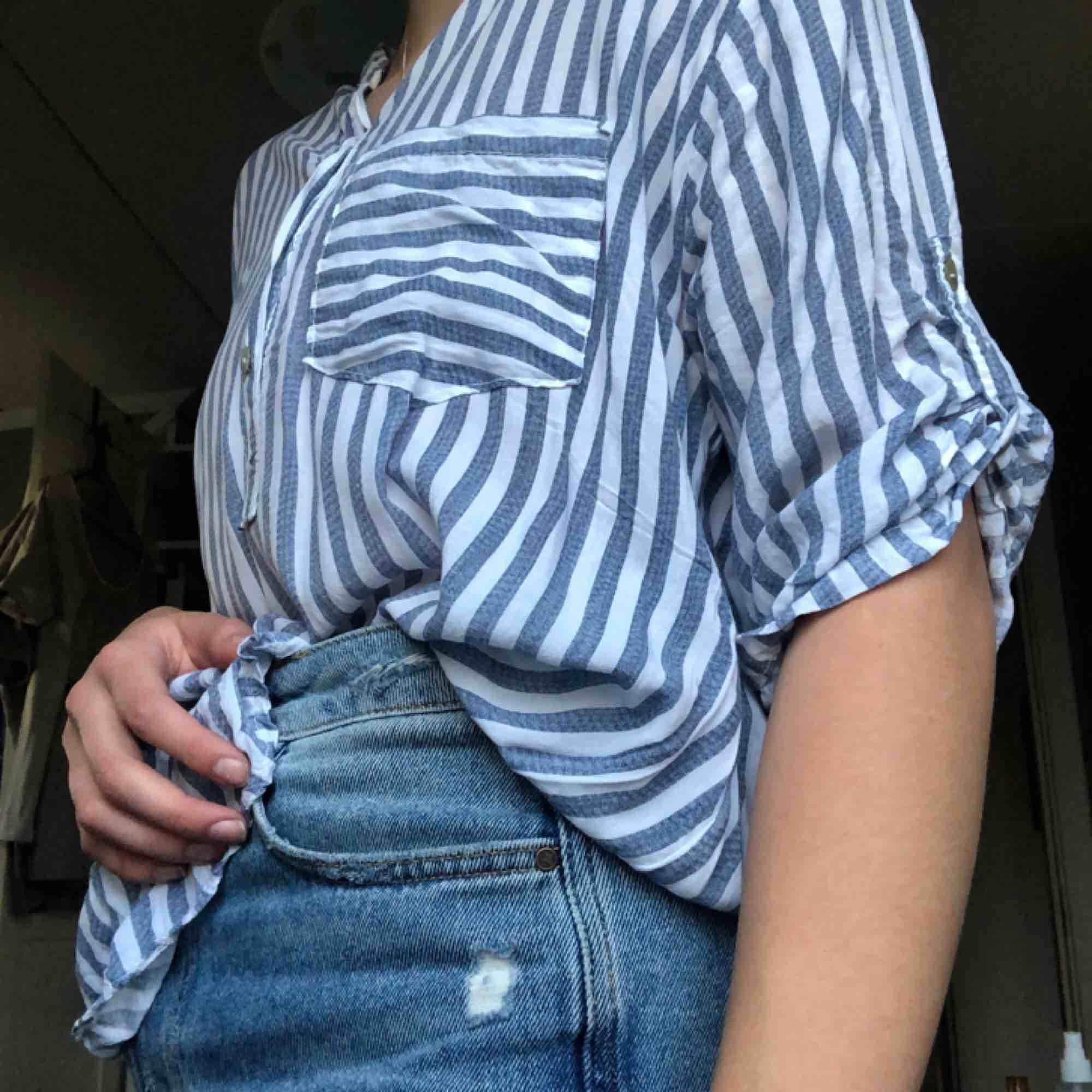 Superskön luftig skjorta! Den är väldigt lång och täcker rumpan där bak . Skjortor.