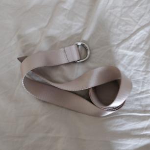 Helt nytt trendigt oanvänt beige skärp med silver och läderdetalj från Bik Bok. Nypris 179 kr. 🌟