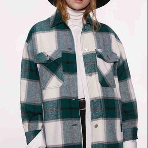 Säljer denna populära, slutsålda jackan från Zara! Om fler är intresserade blir det budgivning 💞