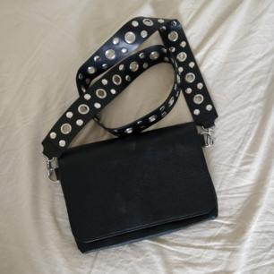 En helt ny trendig väska från Monki! Så himla fin, säljer för att den inte har kommit till användning vilket den förtjänar. Helt oanvänd 💘