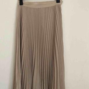Plisserad kjol från weekday. Köpt i somras och använd kanske 2/3 gånger