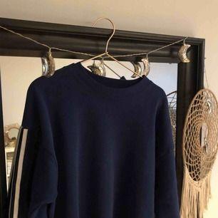 Sweatshirt från Lee i storlek L men mera åt en M pga kort modell.  Köparen står för frakt.
