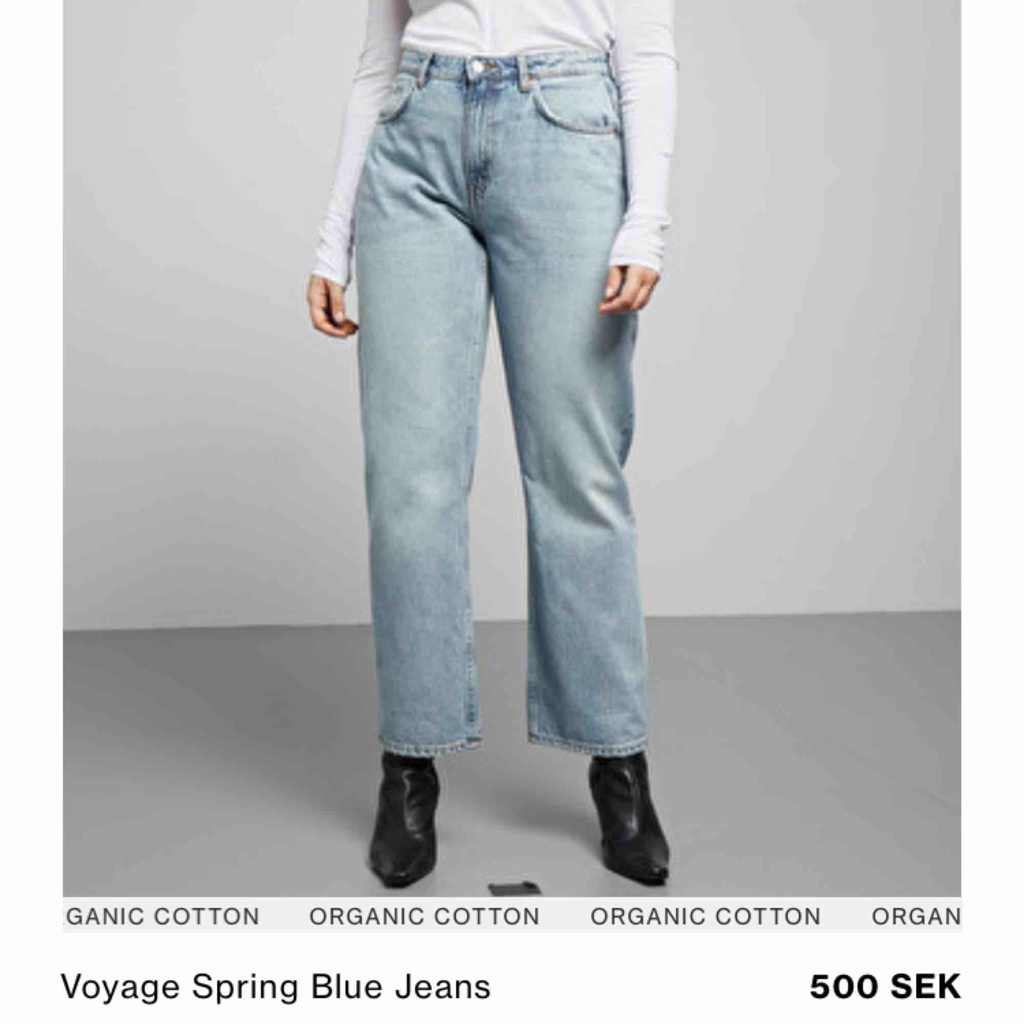 Voyage spring blue från weekday. Ordinarieprs 500kr, mitt pris 200kr. Sitter högt i midjan men med raka och rätt vida ben. Ankellånga. 28/26. Se bild två :) . Jeans & Byxor.