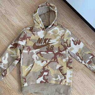 Nike sb hoodie knappt använd