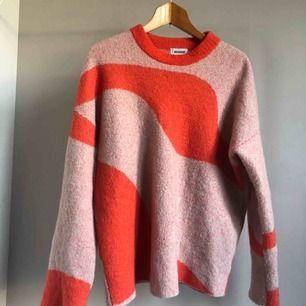 Supergosig & skön tjockare tröja från Weekday! Sparsamt använd då jag har för mycket tröjor. :( Frakt tillkommer!✨