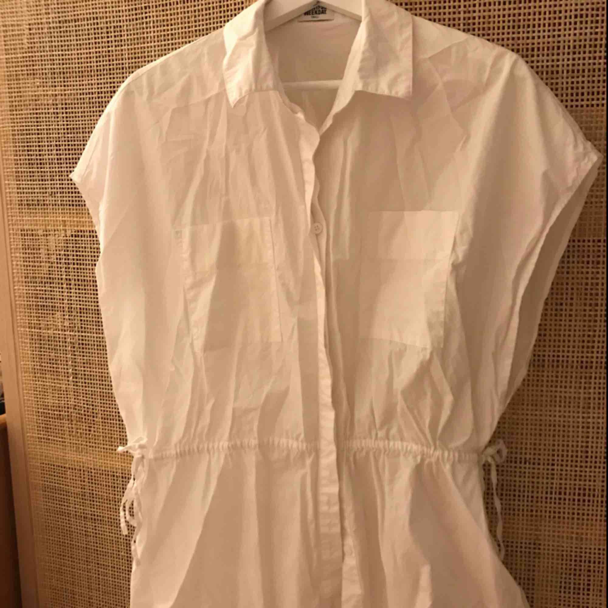 Skjorta i oversizemodell, men markerad i midjan. Köparen betalar eventuell frakt.. Skjortor.