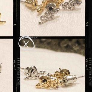 Snakecharmer Earring, superfina studs perfekta att matcha med våra andra hängande örhängen! Finns i silver och guld! Fraktar mot fraktkostnad! Finns i begränsat antal 🐍