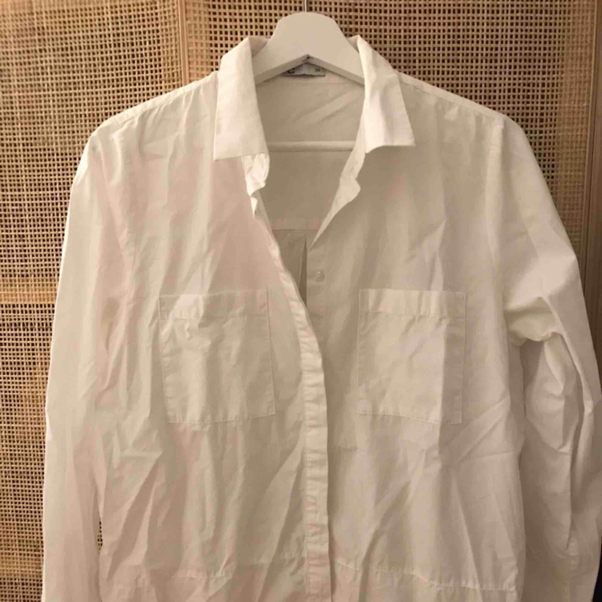 Vit skjorta. Knappt använd. Köparen betalar eventuell frakt.. Skjortor.