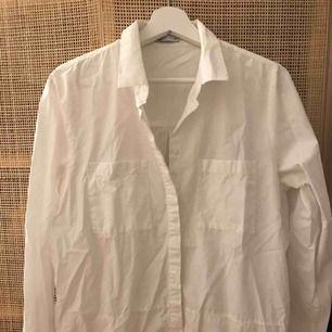 Vit skjorta. Knappt använd. Köparen betalar eventuell frakt.