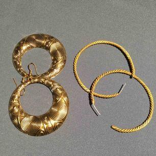 Två par örhängen, säljer båda för 35 kr Ett par för 25