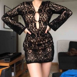 Svart kort festklänning från Elsa Hosks kollektion med Bik Bok förra året! Inbyggd underklänning på själva livet men på armarna är det bara svart nättyg. Frakt 50 kr! Skriv om du vill ha fler bilder <33
