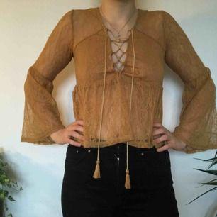 Gulguldig tröja med utsvängda ärmar! Transparent spets förutom över bysten där det är två lager tyg. 🌼FRI FRAKT🌼