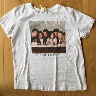 Friends tröja från H&M, säljer då jag har dubbletter! Aldrig använd, möts upp annars står köparen för frakten💓