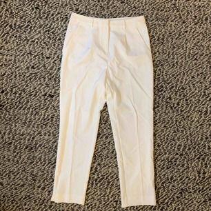 Vita chinos i kostymmaterial. Köpte på Kappahl men har aldrig haft användning för dem förutom att testat hemma. Säljes för 200 kr, fri frakt✨