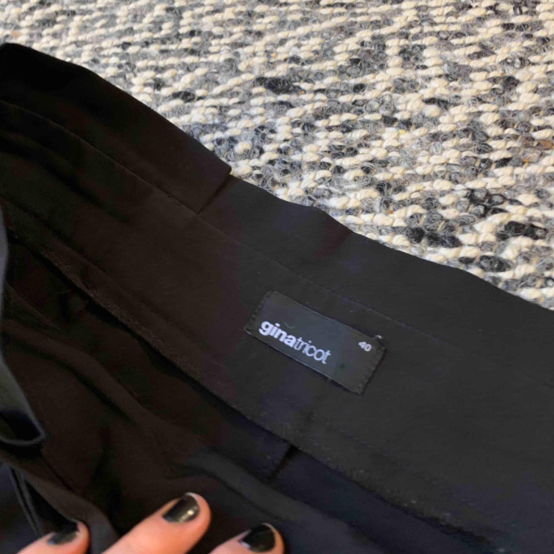 Kostymbyxor från ginatricot, använda men fin kvalite! Supersköna & fin detalj med skärpet. Säljes för 150, fri frakt✨. Jeans & Byxor.