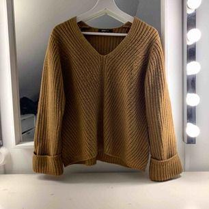 Stickad tröja inköpt förra året, använd ett fåtal gånger men har ej fått användning för den. Fint med uppvikta ärmar. Säljes för 200, fri frakt✨
