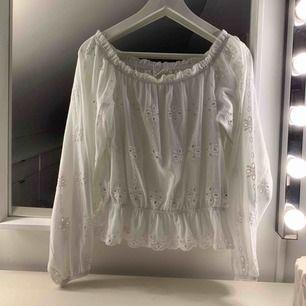 Oanvänd tröja från hm, går att ha på axlarna eller som off shoulder. Säljes för 150 kr, fri frakt✨